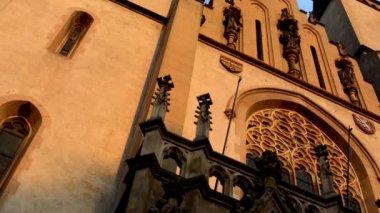 Cielo religioso iglesia - puesta del sol - azul — Vídeo de Stock