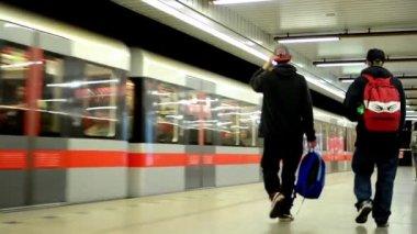 Поезд прибывает к станции метро (метро) - люди получают и выйти люди пригородных - вокзал листья — Стоковое видео
