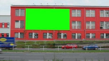 Billboard na budově ve městě poblíž silnice - fabion - auta — Stock video