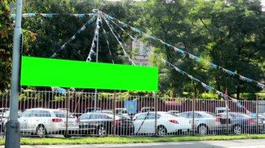 Car showroom (used car dealer) - billboard - green screen - trees - city (urban street) - passing cars — Stockvideo