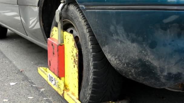 Abrazadera de rueda en el volante - automóviles — Vídeo de stock