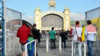 Auto-Ausstellung - Menschen betreten der Ausstellung - Gebäude und Autos — Stockvideo