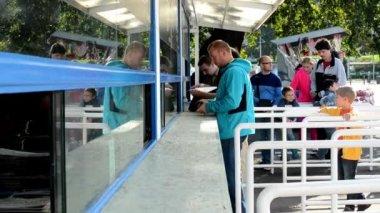 人们买票在票房 — 图库视频影像