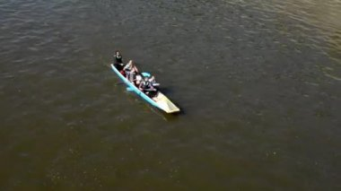 Group of young people on board and paddling - canoeing - Vltava river — Stock Video
