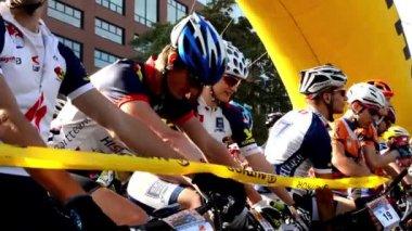 Cycling race - cyclist wait - closeup - buildings - start line — Stock Video