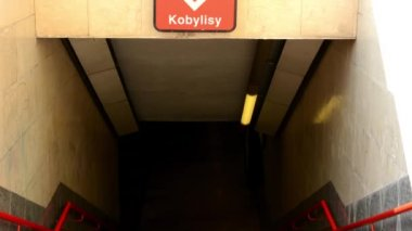 Entrance to the subway - sign of station - nobody — Vídeo de stock