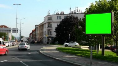 Billboard in the city near road and buildings - green screen - people with cars — Vídeo de Stock