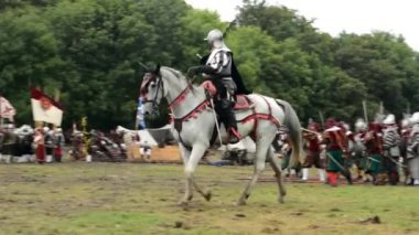 Warrior riding a horse - military - battleground (army forces) - battlefield — Vídeo de Stock
