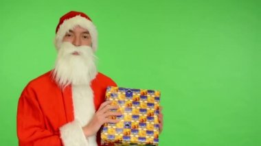 Santa claus - green screen - studio - Santa Claus holding a gift and smiling — Video Stock