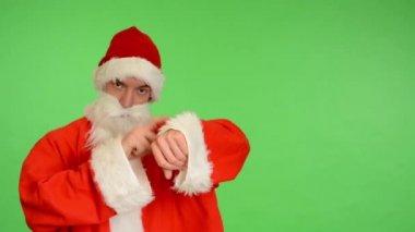 Santa claus - green screen - studio - Santa Claus shows the time — Wideo stockowe
