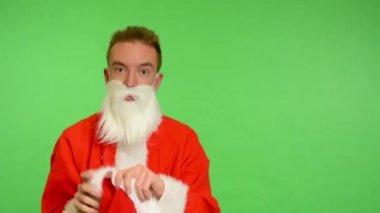 Santa claus - green screen - studio - Santa Claus putting on a Christmas hat — Stock Video