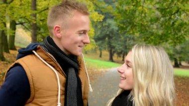 Happy couple talk (conversation) - autumn park (nature) - couple smiles (happy) - closeup — Stock Video