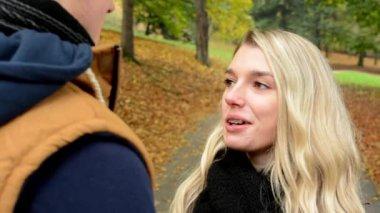 Happy couple talk (conversation) - autumn park (nature) - woman smiles (happy) — Stock Video