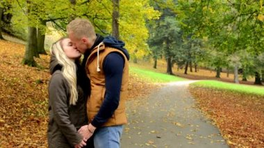 Young model happy couple in love - couple kiss - autumn park (nature) — Stock Video