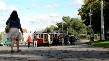Vintage tram leaves station - city (urban street) - people — Vidéo