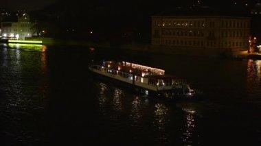 Ночной город - ночная река с лодкой (судно) — Стоковое видео