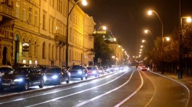 Night city - night urban street with cars and trams - lamps(lights) - car headlight — Stockvideo