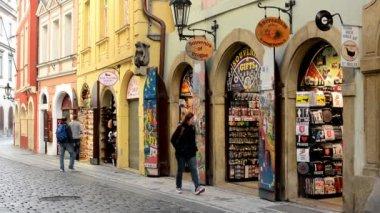 Urban vintage street - souvenir shops - walking people — Stock Video