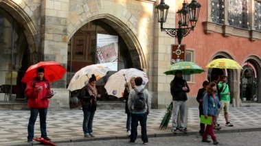 City - urban street - tour guides - people with umbrella — Video Stock