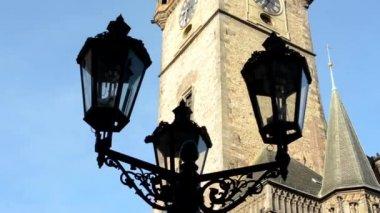 Vintage lamp (silhouette) - Astronomical Clock: Tower with blue sky - Prague, Czech Republic — Stock Video