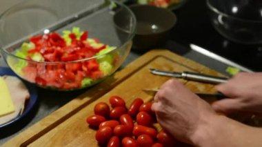 Man prepares salad - man sliced tomatoes — Vídeo de stock