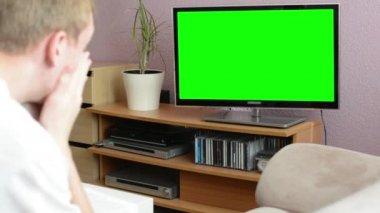 Man klockor tv(television) - grön skärm - man uttryckte sorg — Stockvideo
