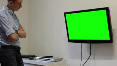 Man watches TV(television) - green screen — Stok video
