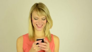 Young attractive woman works on a mobile phone (smartphone) - write a message - closeup — Vídeo de stock