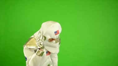 Astronaut calls by walkie-talkie - green screen — Stock Video