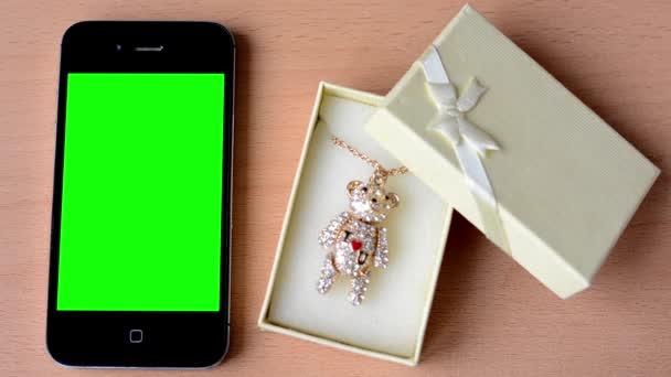 Smartphone - green screen - gift - necklace — Vidéo