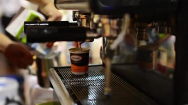 Barista prepares coffee on coffee machine - cup — Stock Video