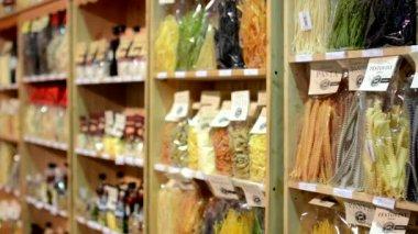 Macarrão colorido (azeite, farinha, etc.) em sacos na prateleira - loja — Vídeo stock