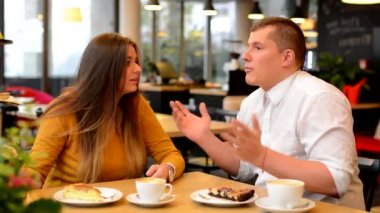 Unhappy couple argue in cafe - woman leave man - coffee and cake — Stock Video