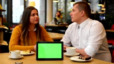 Happy couple talk in cafe - coffee and cake - tablet green screen — 图库视频影像