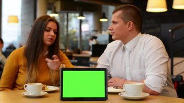 Tablet green screen - happy couple smiles to camera in cafe - coffee and cake — 图库视频影像
