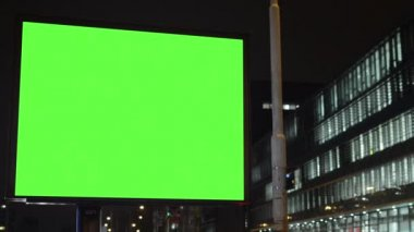 Billboard - green screen - night - building (offices) windows — Stock Video