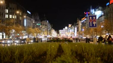 Wenceslas Square with people and cars - buildings - night — Stock Video