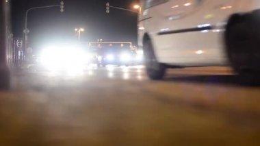 Lampade di città - via con le automobili di notte - notte - fari auto - girato da terra — Video Stock