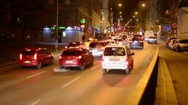 Night city - night street with cars - lamps - car headlight — Stock Video