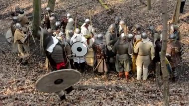 Medieval battle - war - group of soldiers walking and wait — Stock Video