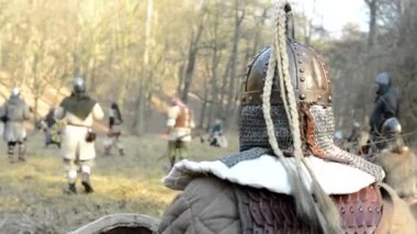 Medieval battle - war - soldier watches other soldiers — Stock Video
