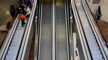 PRAGUE, CZECH REPUBLIC - MARCH 30, 2015: escalators with people in shopping center - timelapse — Stock Video