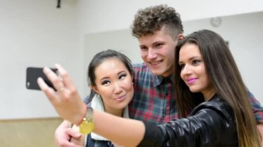 Group of friends - three friends (dancers) take photo (photograph) ourselves (selfie) - hall — Stock Video
