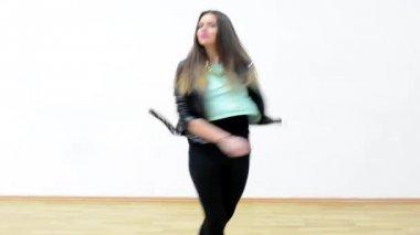 Junge attraktive Frau tanzen - Hall - weiße Wand und Boden — Stockvideo