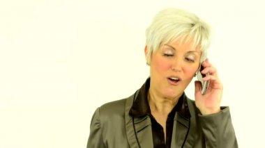 Negócio meio envelhecido mulher telefone e sorrisos - fundo branco - estúdio — Vídeo stock