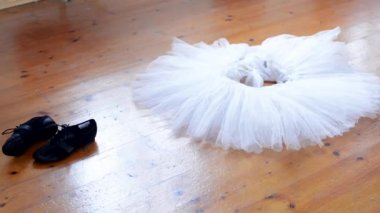 Ballet - skirt and shoes on the floor (block parquet) - foots of ballerina — 图库视频影像