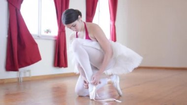Young ballerina preparing for dance - ballerina ties shoes — Stock Video