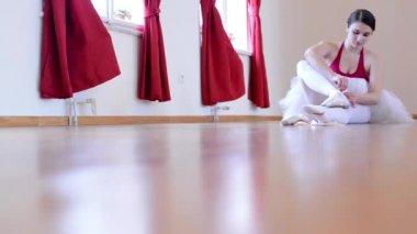 Young ballerina preparing for dance - floor - hall — Stock Video