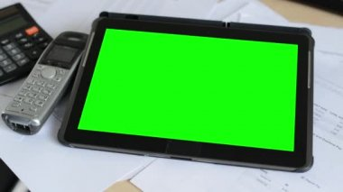 Tablet - green screen - on the table in the office - phone with calculator — Stock Video