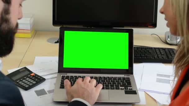 Man and woman together work on the laptop computer in office - green screen — Vídeo de stock